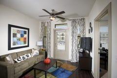 Pequeña sala de estar del apartamento Fotos de archivo libres de regalías