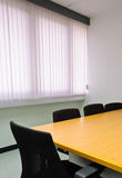 Pequeña sala de reunión contra persianas de ventana Imagen de archivo libre de regalías