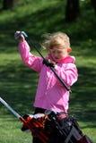 Pequeña señora que juega a golf Foto de archivo libre de regalías