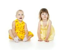 Pequeña sentada del niño dos imagen de archivo libre de regalías