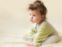 Pequeña sentada hermosa del bebé Fotos de archivo libres de regalías