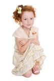 Pequeña sentada pelirroja de la muchacha Fotografía de archivo libre de regalías
