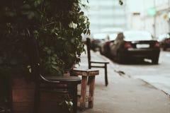 Pequeña silla del café de la calle fotografía de archivo libre de regalías