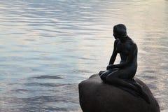 Pequeña sirena en Copenhague Imágenes de archivo libres de regalías