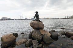 Pequeña sirena en Copenhague fotos de archivo