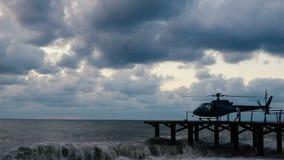 Pequeña situación del helicóptero en wodden el muelle en la orilla del Mar Negro en el slo-MES almacen de metraje de vídeo