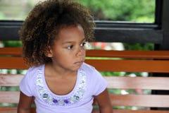 Pequeña sonrisa hermosa de la muchacha del african-american Imagen de archivo libre de regalías