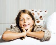 Pequeña sonrisa interior real linda de la muchacha en casa Fotografía de archivo