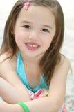 Pequeña sonrisa linda de la muchacha del niño Fotografía de archivo libre de regalías