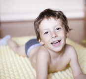 Pequeña sonrisa linda del muchacho feliz en casa, concepto de la gente de la forma de vida Fotos de archivo libres de regalías