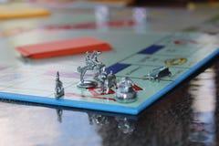 Pequeña tabla azul con los juguetes imagenes de archivo