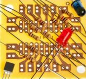 Pequeña tarjeta de circuitos con los resistentes en ella fotos de archivo