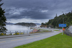Pequeña terminal de transbordadores en Noruega, el coche y los pasajeros enviando el proc foto de archivo libre de regalías