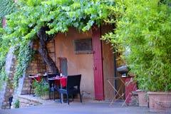 Pequeña terraza al aire libre rústica del restaurante Fotos de archivo