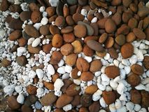 Pequeña textura marrón y blanca mezclada de las piedras Imágenes de archivo libres de regalías