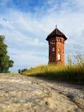 Pequeña torre de ladrillos en el camino Imagenes de archivo
