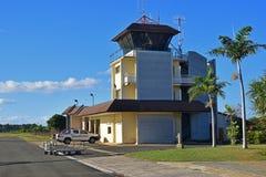 Pequeña torre del control de tráfico del aeropuerto de un aeropuerto local Fotos de archivo libres de regalías