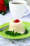 Pequeña torta en una placa con una taza de café Fotografía de archivo libre de regalías