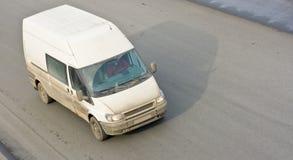 Pequeña van bus en el camino Imagenes de archivo
