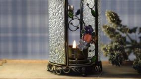 Pequeña vela que quema en la lámpara perfumada, fondo hermoso para la Navidad, relajación,