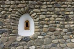 Pequeña ventana blanca en la pared de piedra Fotografía de archivo