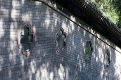 Pequeña ventana colorida en el edificio chino Imagenes de archivo
