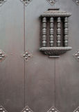 Pequeña ventana detallada de la seguridad en puerta grande Fotos de archivo