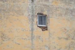 Pequeña ventana en la pared imágenes de archivo libres de regalías