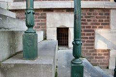 Pequeña ventana entre las escaleras Imagen de archivo libre de regalías