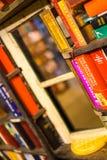 Pequeña ventana entre los estantes de librería en la librería pasada foto de archivo