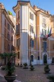Pequeña yarda soleada acogedora en Roma, Italia Foto de archivo