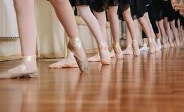 Pequeñas bailarinas que hacen la clase del ballet de los ejercicios imagen de archivo libre de regalías
