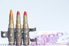 Pequeñas balas del rifle del chaleco con el dinero Foto de archivo