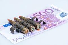 Pequeñas balas del rifle del chaleco con el dinero Fotografía de archivo libre de regalías