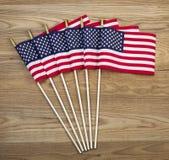 Pequeñas banderas americanas en la madera envejecida Imagen de archivo libre de regalías