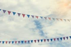 Pequeñas banderas coloridas en las cuerdas Imagen de archivo libre de regalías