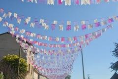 Pequeñas banderas estiradas en una cuerda Foto de archivo