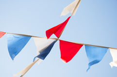 Pequeñas banderas triangulares en los colores de la bandera rusa en Fotografía de archivo
