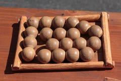 Pequeñas bolas de madera en la tabla dentro del campo rectangular: Juego antiguo Foto de archivo libre de regalías