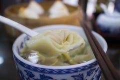 Pequeñas bolas de masa hervida hervidas con cerdo en el restaurante chino fotografía de archivo