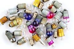 Pequeñas bombillas coloreadas viejas en un fondo blanco Fotografía de archivo