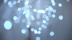 Pequeñas bombillas eléctricas brillantes que queman la luz blanca