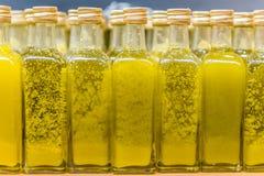 Pequeñas botellas de aceite de oliva virginal Fotografía de archivo