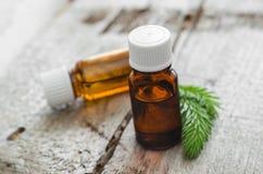 Pequeñas botellas de aceite spruce esencial (del abeto) Imagenes de archivo