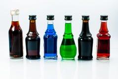 Pequeñas botellas del alcohol colorido Foto de archivo