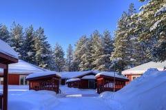 Pequeñas cabañas en paisaje del invierno Foto de archivo