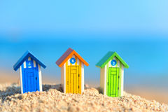 Pequeñas cabinas de madera en la playa Fotos de archivo