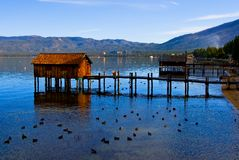 Pequeñas cabinas en el lago Foto de archivo