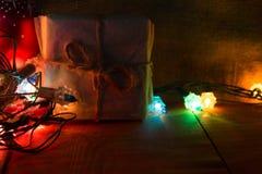 Pequeñas cajas de regalo hechas a mano en noche azul brillante Imagen de archivo libre de regalías