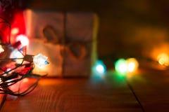 Pequeñas cajas de regalo hechas a mano en noche azul brillante Foto de archivo